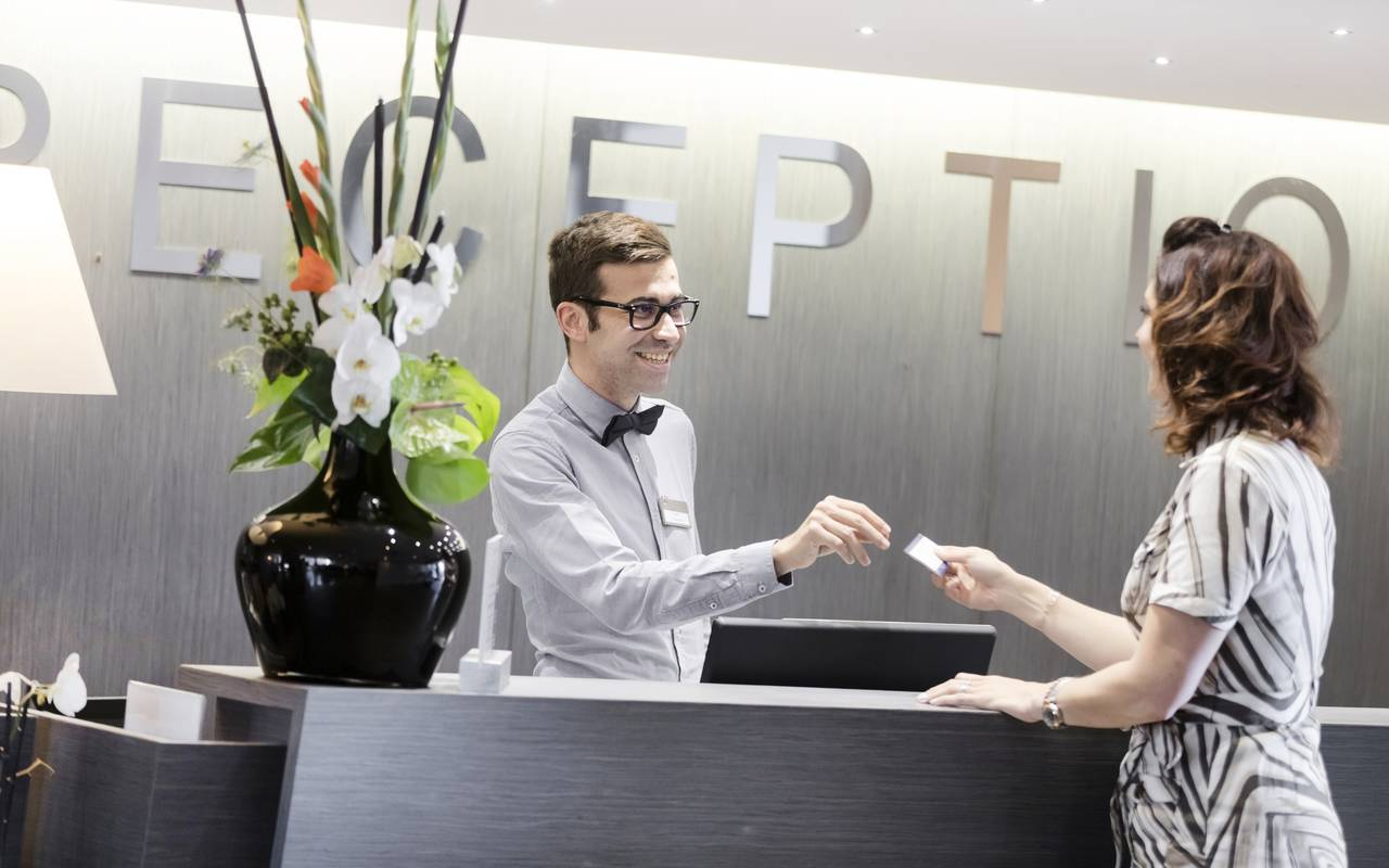 Receptionist and guest - Hotel plateau de gergovie