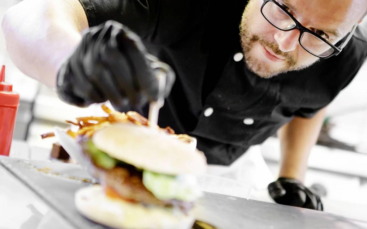 Chef cuisinier préparant une assiette - Hotel autour de Clermont-Ferrand