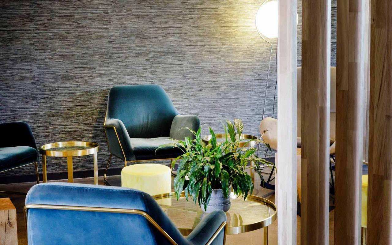 Fauteuil bleu dans salon - Hotel près de Clermont-Ferrand