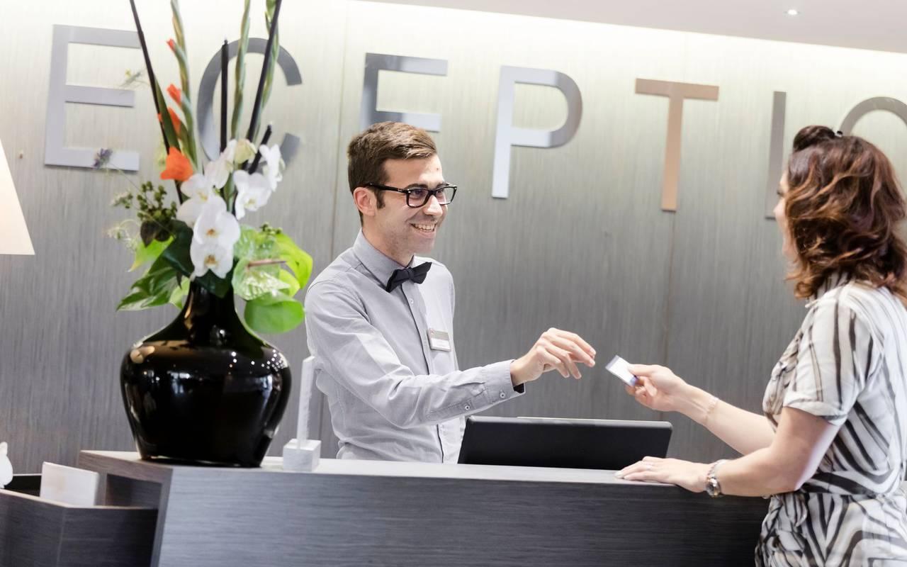 Réceptionniste et cliente - hotel autour de clermont ferrand
