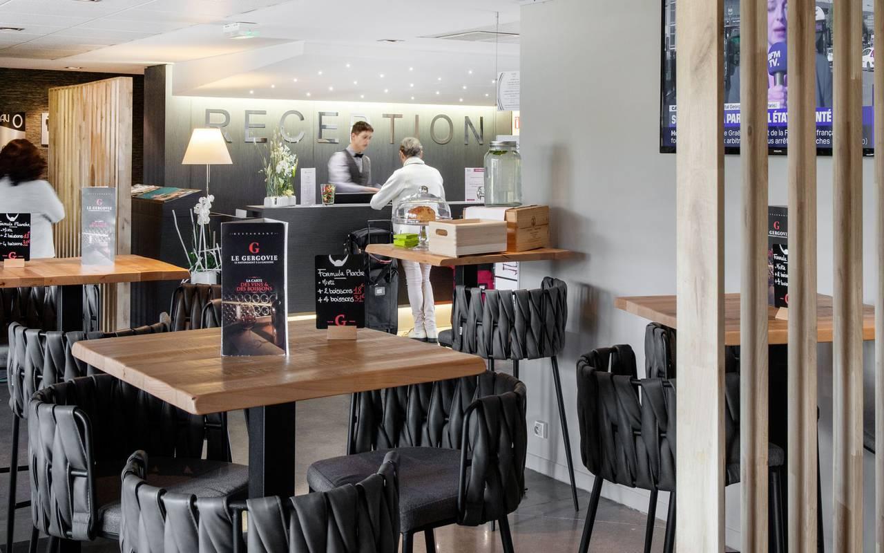 Réception et bar - hotel perignat les sarlieve