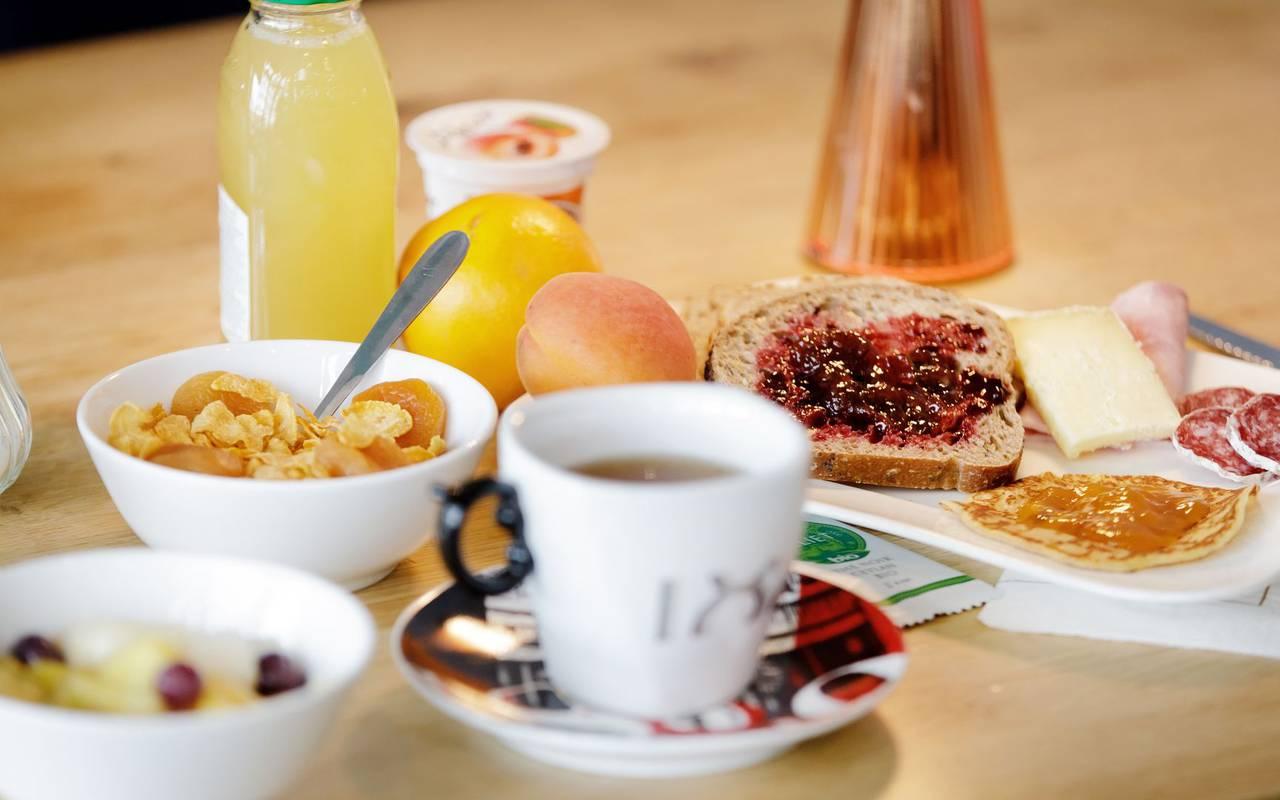 Petit-déjeuner - hotel perignat les sarlieve